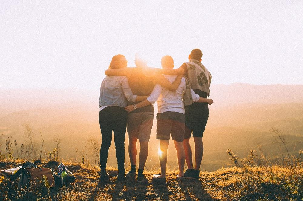 Freunde halten sich im Arm